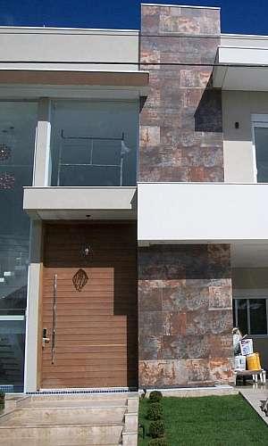 Fachada de muro com vidro espelhado