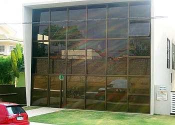 Muro de vidro e alumínio