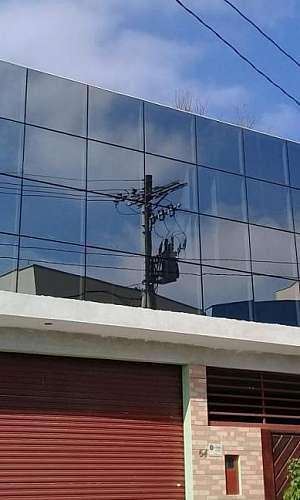 fachada de vidro espelhado