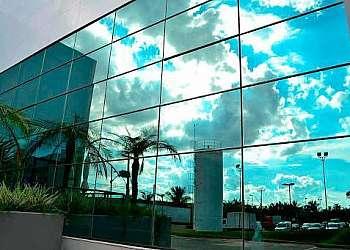 Muro de vidro espelhado